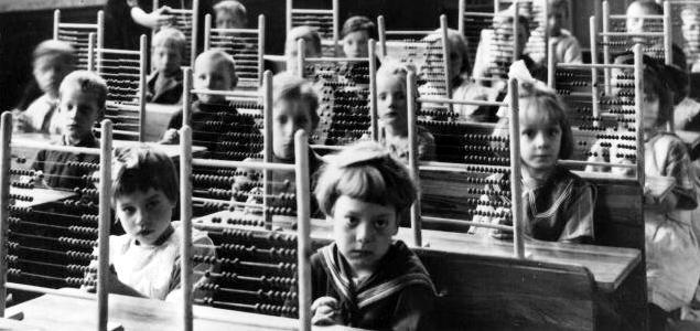 Alumnos con ábacos en clase, alrededor de 1930.