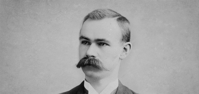 Herman Hollerith (1860-1929), inventor de una máquina basada en tarjetas perforadas para procesar rápidamente millones de datos. Fundador de la Tabulating Machine Co., de la que surgió posteriormente IBM.