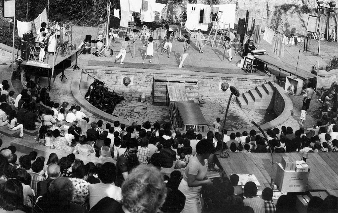 """Espectacle """"Plou i fa sol"""" de Comediants. Teatre Grec, 1976"""