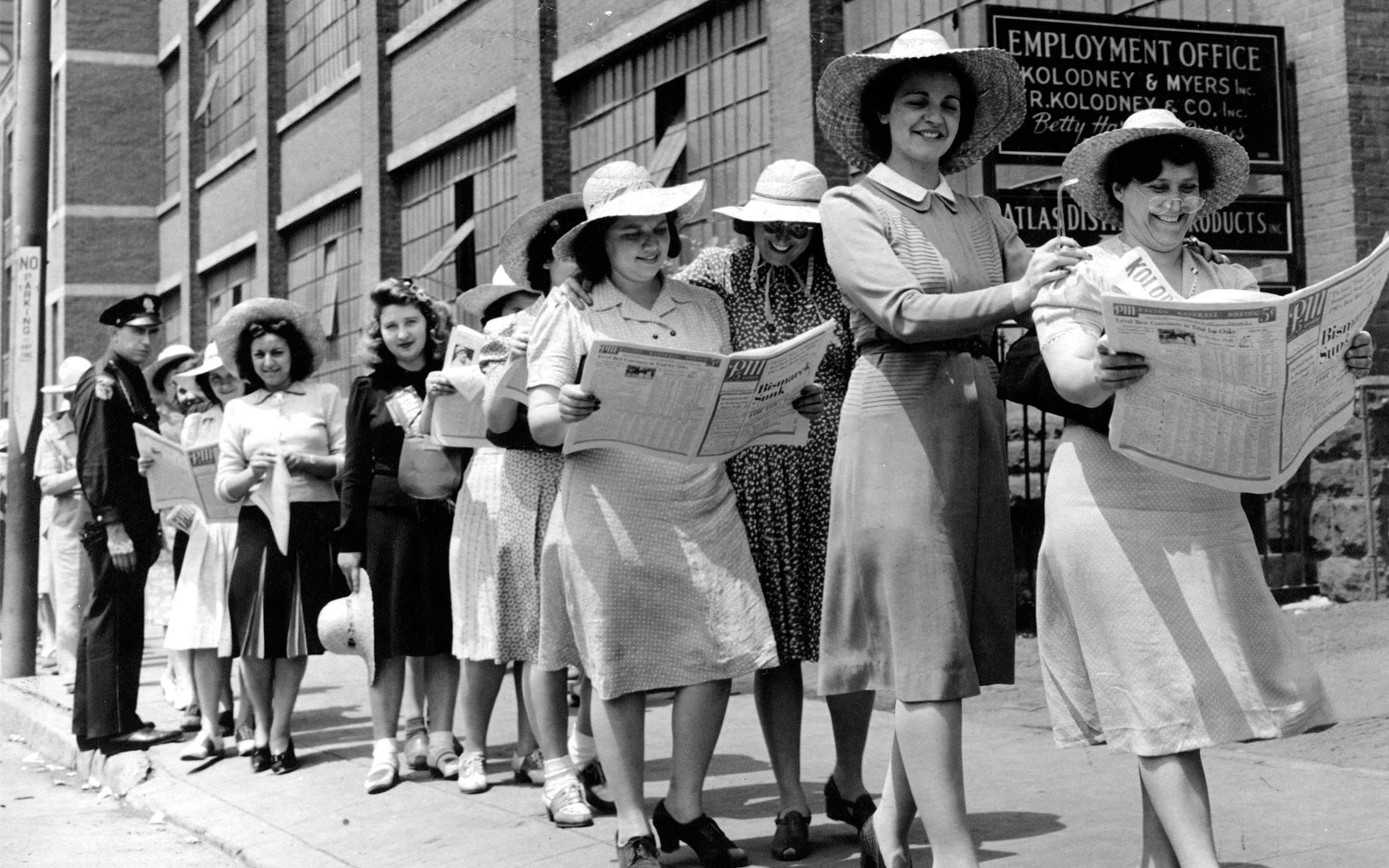 Women standing in a picket line reading the newspaper PM.
