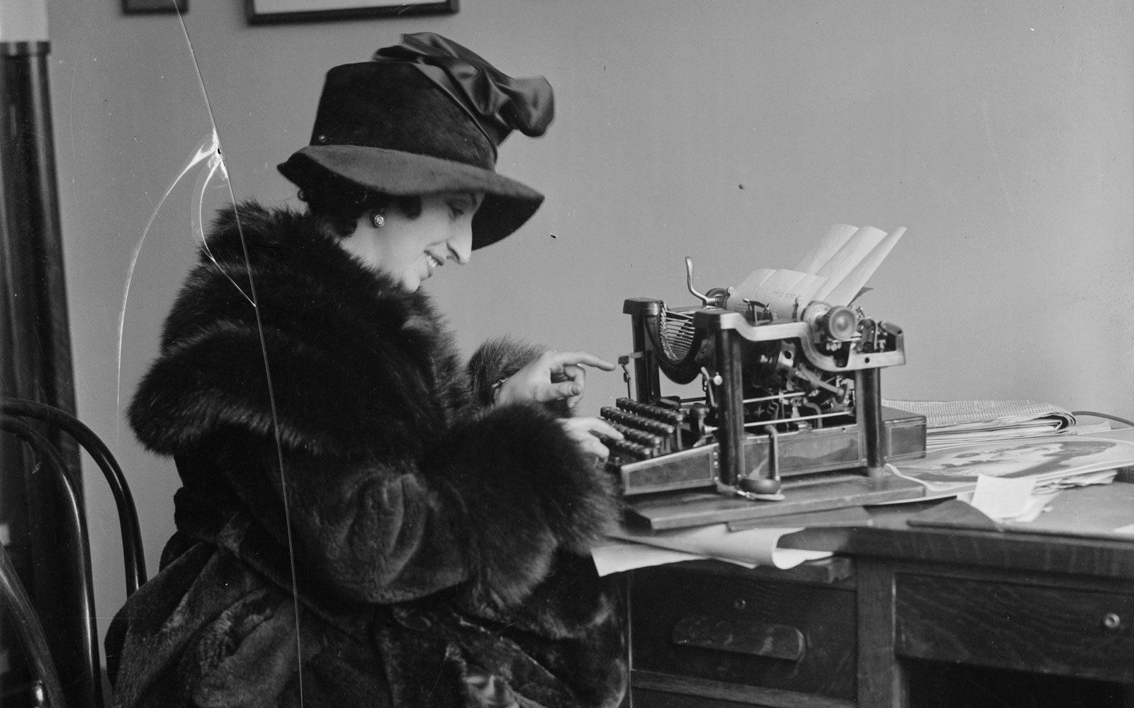 Amelita Galli-Curci escrivint a màquina, c. 1920