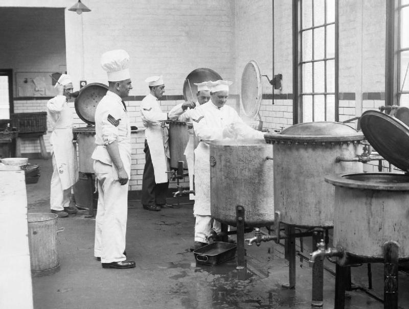Cocineros preparando estofado en las cocinas de los cuarteles de Aldershot, noviembre de 1939.