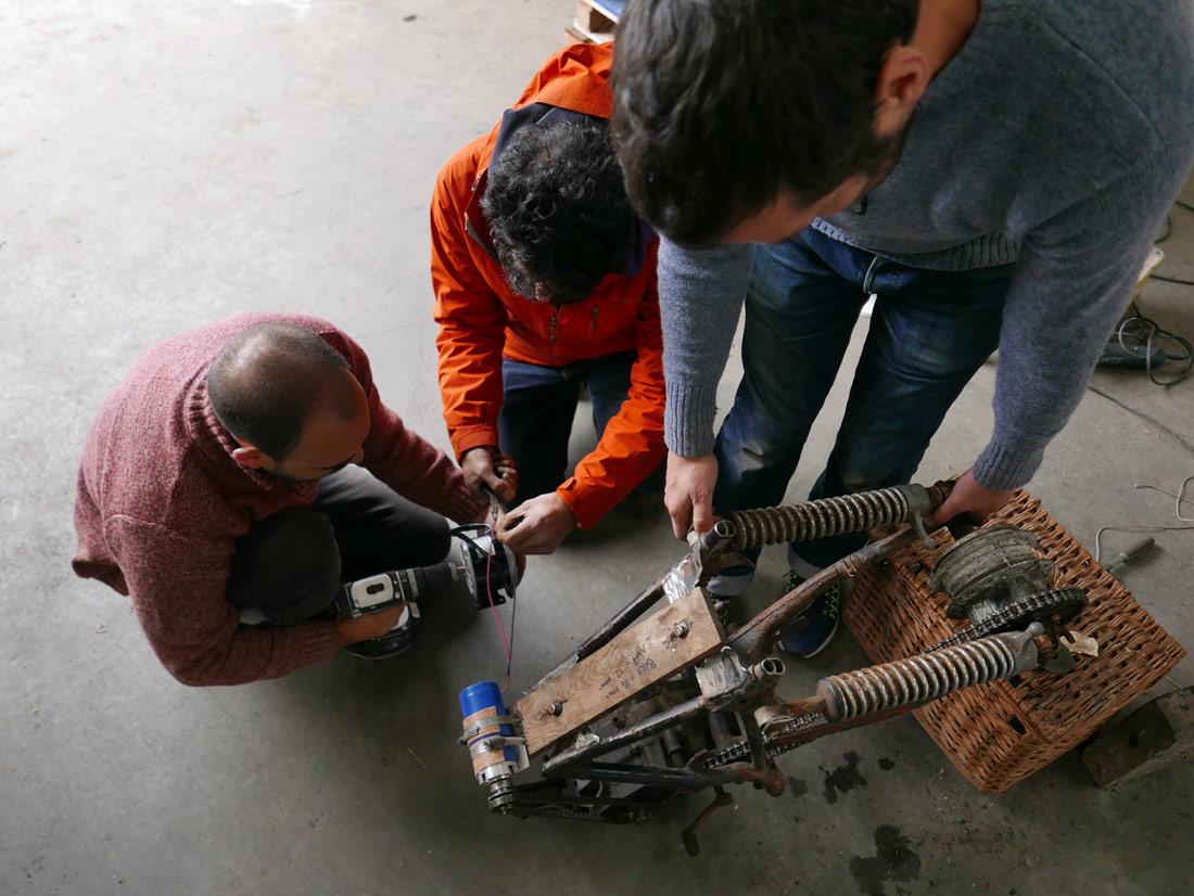 El Reconstrained Design Group construint la Newton Machine d'Eday | © Julian Hanna