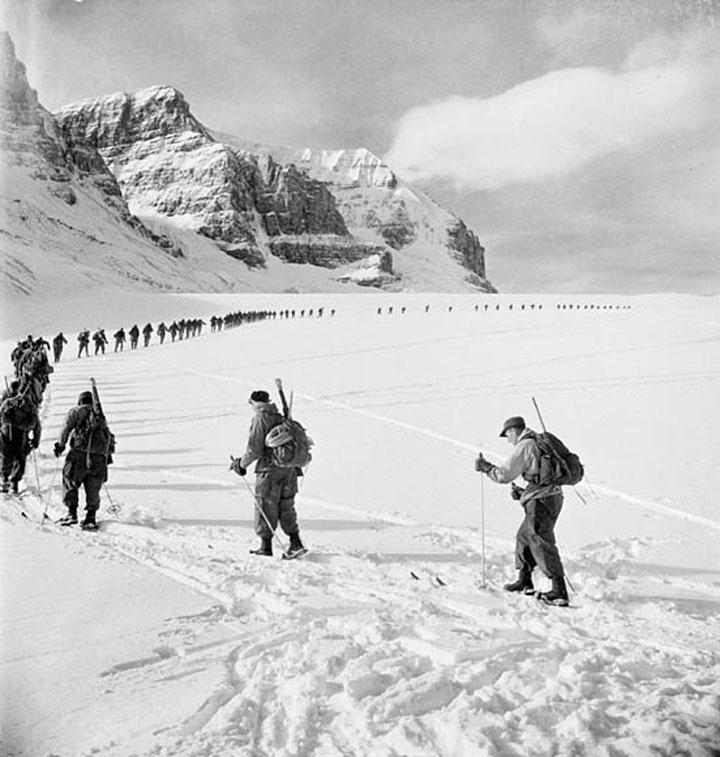 La secció d'alpinisme dels Lovat Scouts escalant el glaciar d'Athabasca, a les Muntanyes Rocoses, 1944.
